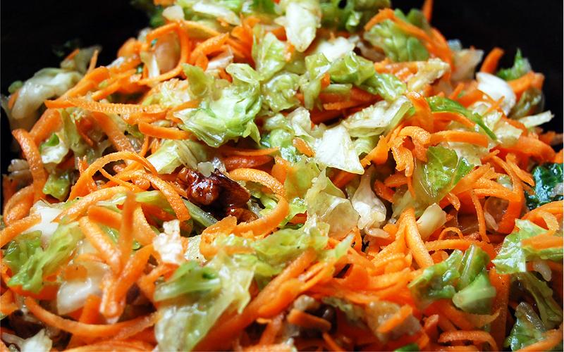 salade de chou vert aux carottes et au raisins recette de salade de chou vert aux carottes et. Black Bedroom Furniture Sets. Home Design Ideas