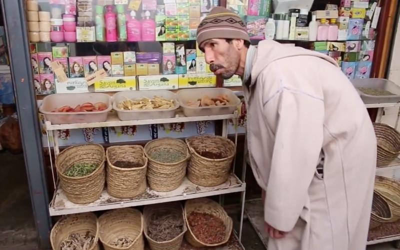 un marchand marocain  u00e9pate des touristes avec son niveau
