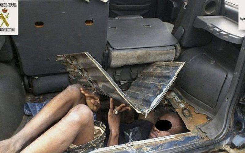 deux clandestins d couverts sous les si ges d 39 une voiture. Black Bedroom Furniture Sets. Home Design Ideas